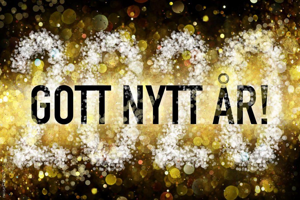 """Säsongsrelaterad hälsning med svensk text """"Gott nytt år!"""" och år 2020 på bokeh bakgrund."""