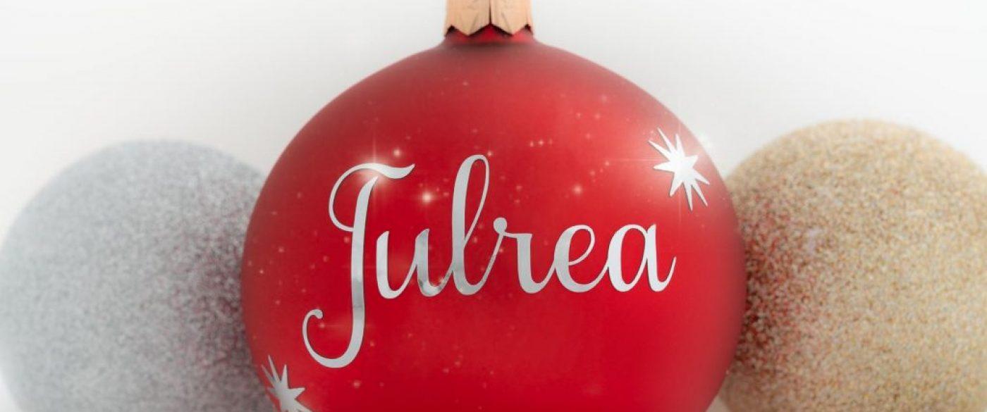 """Röd julboll med svensk text """"julrea""""."""