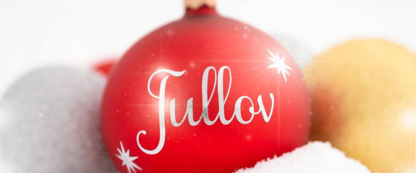 """Röd julkula med svensk text """"jullov""""."""